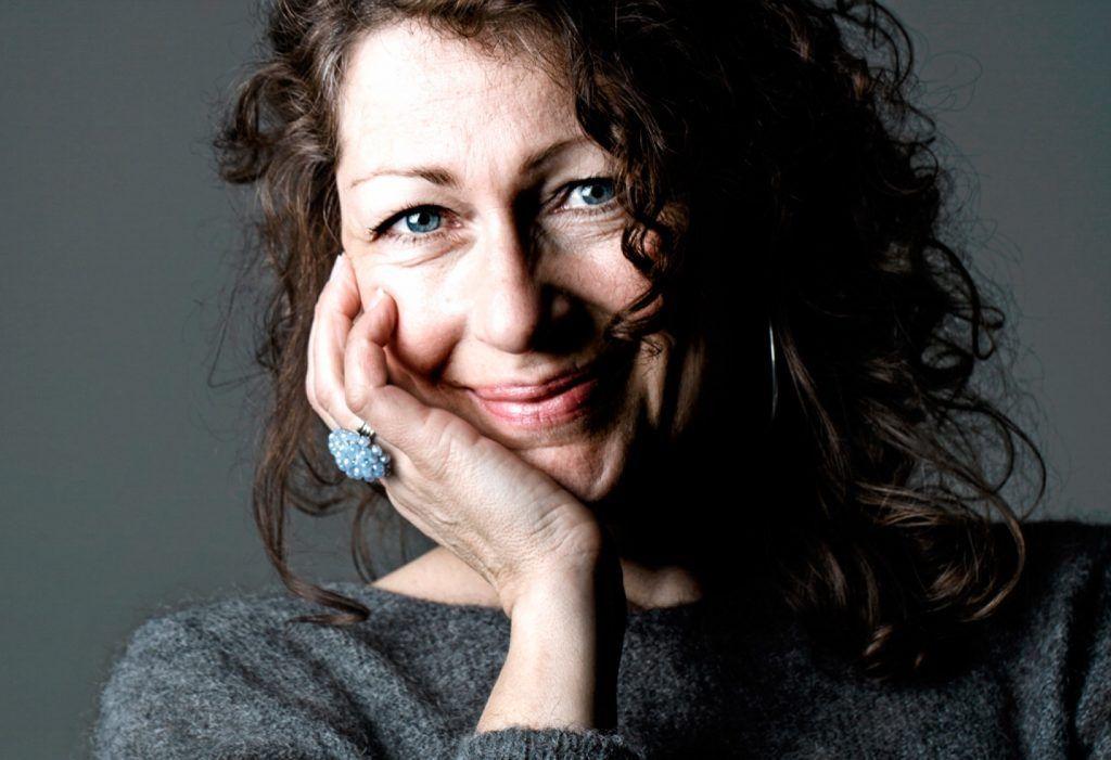 «Я хотела попробовать объединить нон-фикшн с поэзией». Интервью с Элисабет Осбринк